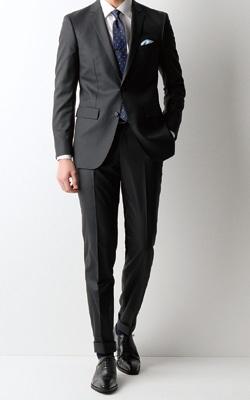 efe123b408f5b 裾の仕上げもダブルにすることで、カジュアルめでおしゃれな雰囲気に。フォーマルなイメージのあるブラックスーツは、かっちりしすぎない着こなしを心がけるのもコツ  ...
