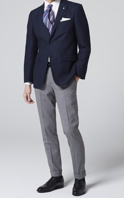 614df90fd4685 スーツのイメージで上下を同系色にするのではなく、ネイビーのジャケットに明るいベージュのパンツなどハッキリと違う色でメリハリを付けるのが基本です。