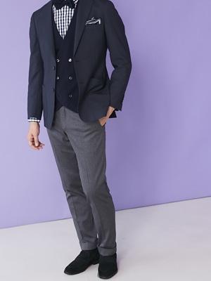 2779110baec2a ジャケパン定番のネイビージャケットとグレーパンツに、チェック柄のシャツと蝶ネクタイを合わせたスタイルです。ポケットチーフもぜひ用意しましょう。