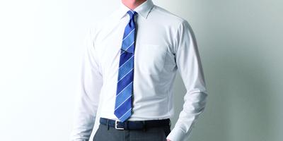 89346fc6c46f7 普段からシワがつきにくく、洗濯をしてハンガーにかけて干しておけばシワが伸びるというのは、普通のシャツとの大きな違いです。襟などもかっちりとした形 をキープして ...
