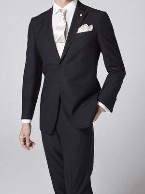 adc9f09121265 結婚式にゲストとして参列するときは、略礼服のブラックスーツを着るのが基本です。これは夏でも変わりません。