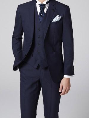 2ee0d6b26faeb ネクタイもスーツと同系色を選ぶと、統一感が出ます。シャツをウイングカラーに、ネクタイをバロックタイにすれば、フォーマル度もぐっとアップします。