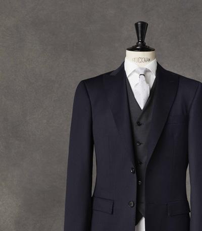 友人の結婚式や結婚披露宴に出席する際に、黒以外の色を選ぶのであれば、紺か濃いグレーのスーツなら失礼にならないでしょう。特に若い人の場合は、あえて黒をハズす